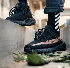 Adidas Yeezy Boost 350 Copper the best training gear Milan Fashion Weeks, New York Fashion, Teen Fashion, Fashion Models, Fashion Trends, Sneaker Outfits, Winter Outfits, Casual Outfits, Cute Outfits
