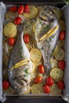 Dorada al horno con patatas   #dorada #recetasconpescado #pescado #recetasdecocina Gefilte Fish Recipe, Ono Fish Recipe, Parmesan Fish Recipe, Fluke Recipe, Dorado Fish, Walleye Fish Recipes, Good Food, Yummy Food, Cake Recipes