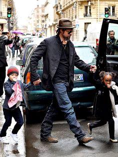 Brad Pitt, Shiloh (com corte novo de cabelo que não dá pra ver nesta foto) e Zahara foram vistos ontem fazendo compras na Rue de l'Université em Paris. Esta rua tem muitas lojinhas de crianças incríveis, tudo lindo e de muito bom gosto. Como prometi fazer um post sobre lojas de crianças em Paris (inclusive), …