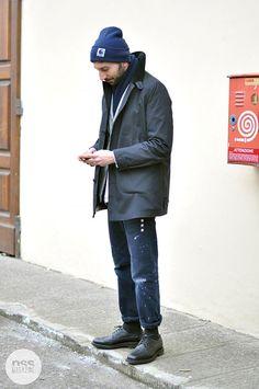 カーハート紺ニットキャップ×黒ゴアテックスステンカラーコート×黒ペイントパンツ×黒ウイングチップ