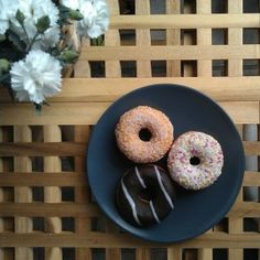Leckere Doughnuts auf dem Balkon genießen.