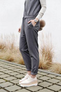 Nina Schwichtenberg trägt einen grauen Jumpsuit und dazu Plateau Schuhe von Stella McCartney. Mehr auf www.fashiioncarpet.com
