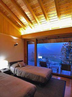 雷山の別荘: TAPO 富岡建築計画事務所が手掛けた寝室です。