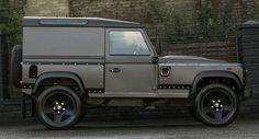 El Land Rover Defender más rápido del mundo, firmado por Kahn - http://www.actualidadmotor.com/2014/02/13/land-rover-defender-chelsea-longnose/