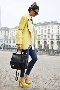 The look of a Sunday afternoon in Turin: yellow coat, skinny jeans, heels, and impeccable accessories
