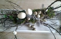 Pasen. Easter Table Decorations, Decoration Table, Handmade Decorations, Deco Floral, Arte Floral, Easter Wreaths, Holiday Wreaths, Diy Ostern, Easter Crafts