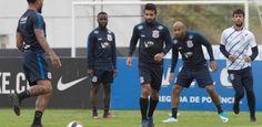 Sem patrocinador, Corinthians muda de roupa, cobre placas e faz anúncio