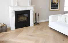 Massief Houten Visgraat Vloer afgewerkt met twee maal witte olie, de vloerdelen zijn 18 cm breed