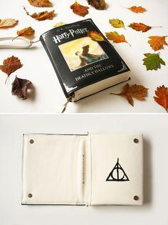 Perfeito para quem ama ler <3 Uma lojinha dentro da Etsy chama krukustudiotem um dos produtos mais encantadores e delicados que já vi. São bolsas no formato de livros, e as capas utilizadas são de algumas da obras que mais amamos, como Harry Potter, O Hobbit, e O Pequeno Príncipe. E além de lindos, o…