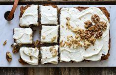 Сочная морковь, сладкие яблоки, мёд, орехи и сливочно-лимонный крем — пирог вкуснее этого нужно ещё поискать! Рассказываем, как всего за один час приготовить настоящий осенний десерт.