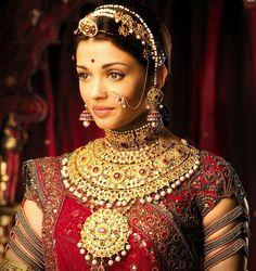 Aishwarya Rai in an absolute stunning Indian bridal wear in 'Jodhaa Akbar' Aishwarya Rai Jodha Akbar, Jodhaa Akbar, Beauty And Fashion, Look Fashion, Indian Fashion, Fashion Hub, Beautiful People, Beautiful Women, Beautiful Bride