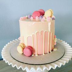 [Homemade] Vanilla Cake with Chocolate Filling, White Chocolate Drip, and Raspberry Macarons. : food