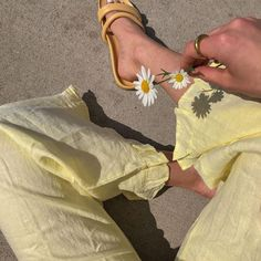 There is 1 tip to buy pants. Aesthetic Light, Korean Aesthetic, Aesthetic Colors, Aesthetic Images, Summer Aesthetic, Aesthetic Vintage, Aesthetic Photo, Dandelion Color, Yellow Aesthetic Pastel