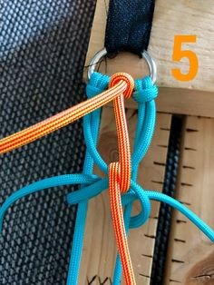 Attilou's Elfenzopf   Swiss Paracord GmbH Paracord Tutorial, Bracelet Tutorial, Diy Friendship Bracelets Patterns, Diy Bracelets Easy, Bracelet Crafts, Paracord Dog Leash, Paracord Keychain, Paracord Bracelet Designs, Paracord Bracelets