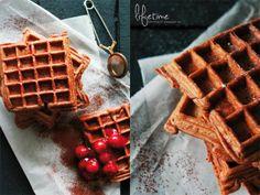 Belgische Schokoladenwaffeln mit heißer Kirschgrütze