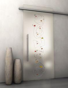 Porta scorrevole in vetro temperato. Decorazione: Incisione con dettagli dipinti a mano, sabbiatura, su fondo trasparente.