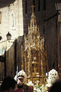Corpus Christi en Toledo..En Toledo se tiene por costumbre desde el año 1595 sacar esta custodia en la procesión del Corpus Christi, sobre una carroza fabricada para este fin ....