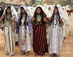 صورة جماعية لبنات أمازغيات بالزي الشعبي