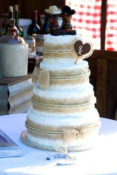 O bolo de casamento para a celebração de um casamento no campo deve estar de acordo com este estilo, sendo idealmente um bolo mais rústico | Rustic wedding cake