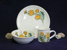 Souprava (talíř, miska, hrnek) - pampelišky Průměr talíře - 21cm Miska - průměr 14cm, výška 4,5cm Hrnek - průměr 7cm, výška - 7,7cm  Vyrábíme keramiku majolikového typu, dvakrát pálenou, ručně točenou a malovanou štětci do syrové glazury. Naše výrobky se dají dát jak do myčky, tak mikrovlnky.