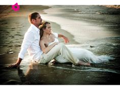 Trash the dress en la playa a la orilla del mar