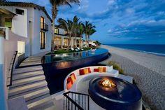 Petite piscine de luxe à débordement donnant directement sur la plage