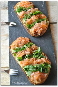 Tartine au saumon d'Ecosse, avocat et à la salade ciselée
