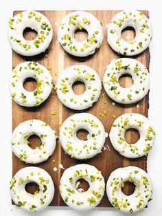 Σοκολατένια ντόνατς χωρίς γλουτένη και χορτφαγικα! Doughnut, Gluten Free, Desserts, Recipes, Food, Chef Recipes, Cooking, Glutenfree, Tailgate Desserts
