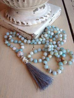 Jaime toutes les couleurs naturelles de ces magnifiques perles. Ils sont facettées, donc ils dégagent un joli éclat et chaque perle est unique à lui-même. Très rustique et organiques. Jai la main nouée de ceux-ci à laide de soie marron. Il y a un cristal simple et un gland de soie pour le finir OFF... enveloppé avec fil dargent.Glands sont la tendance de cette année...Jai lu quils symbolisent la protection. Comme vous pouvez le voir ce collier sera un complément plus rien...Je laime porté…