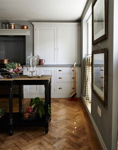 Dreaming of an open-plan kitchen? Stretch your kitchen space by going for an open-plan kitchen diner scheme that is great for family kitchens Open Plan Kitchen Diner, Open Kitchen, Parisian Kitchen, Country Kitchen Flooring, Gray And White Kitchen, Bungalow Renovation, Design Your Kitchen, Parquet Flooring, Floors