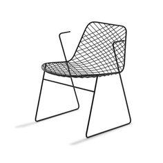 La chaise « Chelsea » s'inspire des créations d'Harry Bertoia, figure incontournable de l'Organic Design. Minimaliste, sa structure filigranée en forme de grillage, est obtenue en pliant et en soudant un fil métallique souple et résistant. Une chaise et un tabouret en métal tout en géométrie et modernité. En vente chez MyFab