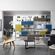 Großes Doppelseitiges Bücherregal Mit Drehbaren TV Paneel Kann Als  Raumteiler Benutzt Werden Und Bietet Auf Beiden
