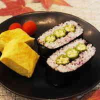 ゆかりご飯のオクラ昆布おにぎらず Zucchini, Sushi, Vegetables, Ethnic Recipes, Food, Vegetable Recipes, Eten, Veggie Food, Meals