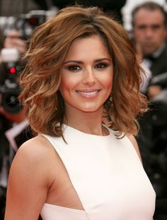 Check out these 9 images of Cheryl Cole Hair (Asymmetrical Highlighted Bob Cut Envy). Find more images in bob haircuts,brunette hairstyles,highlights,short hairstyles. Haircut For Thick Hair, Haircuts For Long Hair, Long Hair Cuts, Short Haircuts, Short Cuts, Layered Bob Hairstyles, Cool Hairstyles, Wedding Hairstyles, Casual Hairstyles