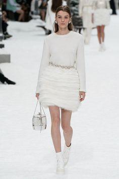 Chanel Fall 2019 Ready-to-Wear Collection - Vogue - Paris Fashion Week Fashion Moda, Runway Fashion, Fashion Show, Fashion Looks, Womens Fashion, Fashion Design, Bridal Fashion, Fashion Week Paris, Chanel Wedding Dress