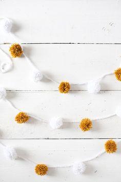 Cómo hacer una guirnalda de Navidad con pompones  #decoracion #navidad #diy