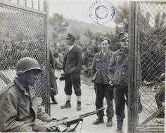 Brasil na Segunda Guerra Mundial  - Soldado aliado vigia com uma carabina prisioneiros alemães após o término da guerra na Itália (Arquivo da Associação dos Ex-Combatentes do Brasil Secção de São Paulo).   http://www.historiailustrada.com.br/2014/04/fotos-raras-brasil-na-segunda-guerra.html#.VW9y4c9Viko