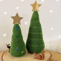 De Sint is het land weer uit, en dat betekent dat het tijd is voor de kerstman! of nou ja in ieder geval kerstboom ;) Er zijn natuurlijk mega veel kerstboompjes om te haken..allemaal even leuk…op een vrije middag haakte ik een paar hele simpele, maar oh zo leuk! Met wat glitter steekjes zijn ze …