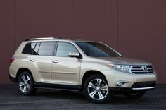 This is my dream car, the Toyota Highlander (gold)! My Dream Car, Dream Cars, Most Fuel Efficient Cars, Toyota Highlander For Sale, Crossover Cars, Toyota Cars, Ford Expedition, Car Photos, Toyota Land Cruiser