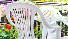 Le nettoyage du mobilier de jardin en plastique, soumis aux intempéries, au soleil, à la chaleur et à la pollution, est une corvée nécessaire. Voici comment assurer l'entretien des tables, chaises et autres éléments en plastique du jardin, à moindre coût.