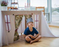 Este mantel tiene la utilidad de siempre para los adultos y convierte la mesa en una magnifica casita para los peques de la casa. Todos podremos estar distraídos en esas largas comidas familiares. #decoración #hogar