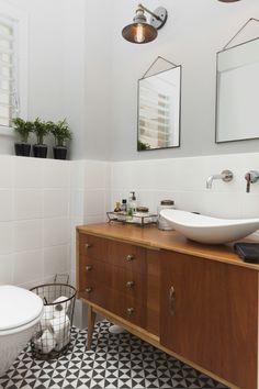 master batheoom in parent's suit Geometric flooring and vintage bathroom closet חדר אמבטיה הורים ארון וינטג' וריצוף גיאומטרי