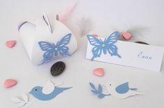 Marque place rectangulaire en papier texturé blanc assorti d'un papillon dentelle de couleur bleue lavande : Cuisine et service de table par magic-events