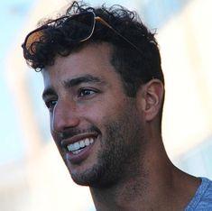Ricciardo F1, Daniel Ricciardo, Nice Men, Honey Badger, F1 Drivers, Room Pictures, High Five, Wallpaper Ideas, Famous People