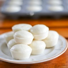 Puto is a Filipino Steamed Cake that is served during the holidays. This puto recipe consists of cake flour, sugar, milk, egg whites and baking powder. Philipinische Desserts, Filipino Desserts, Asian Desserts, Filipino Dishes, Filipino Recipes, Filipino Food, Puto Recipe, Putong Puti Recipe, Comida Filipina