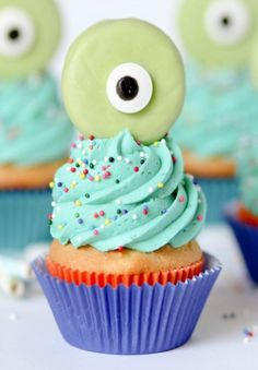 How cute are these DIY monster cupcakes? These are the perfect treat for a little one'€™s birthday party!