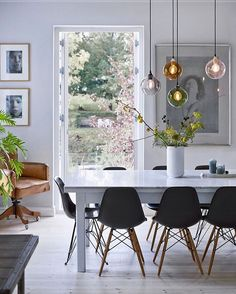 Scandinavian dining room with beautiful flowers and branches from the garden. Source by vanessagoscinny Scandinavian dining room with beautiful flowers and branches from the garden. Decor, Scandinavian Dining Room, Living Room Scandinavian, Dining Room Inspiration, Dining Room Decor, Dining Room Interiors, Home Decor, House Interior, Room Design