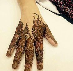 Mehndi design makes hand beautiful and fabulous. Here, you will see awesome and Simple Mehndi Designs For Hands. Back Hand Mehndi Designs, Finger Henna Designs, Legs Mehndi Design, Henna Art Designs, Mehndi Designs For Girls, Modern Mehndi Designs, Mehndi Design Pictures, Mehndi Designs For Fingers, Beautiful Henna Designs