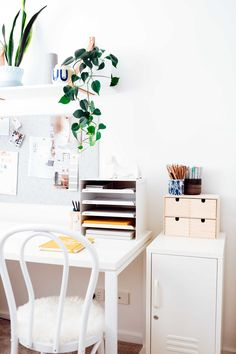 We love this desk setup - tidy space, tidy mind (at least, that's what we're telling ourselves) Home Office Space, Home Office Design, Office Decor, Office Ideas, Home Office Accessories, Timber Table, Metal Lockers, Bedside Cabinet, Desk Setup