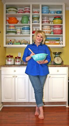 Going to start collecting vintage Pyrex. Confessions of a Pyrex Hoarder Part Why and How to Display. One more reason to keep the old stuff -- the new pyrex bakeware explodes. Vintage Kitchenware, Vintage Dishes, Vintage Glassware, Vintage Pyrex, Vintage Bowls, Vintage Canisters, Antique Dishes, Vintage Tins, Pyrex Display